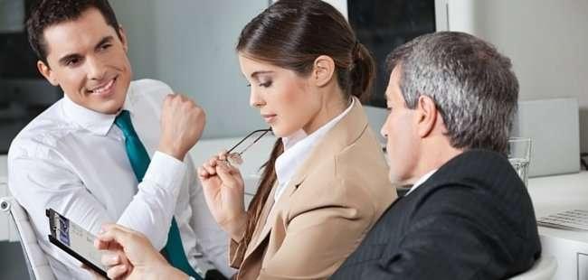 advisor-shows-checklist-for--property -investment